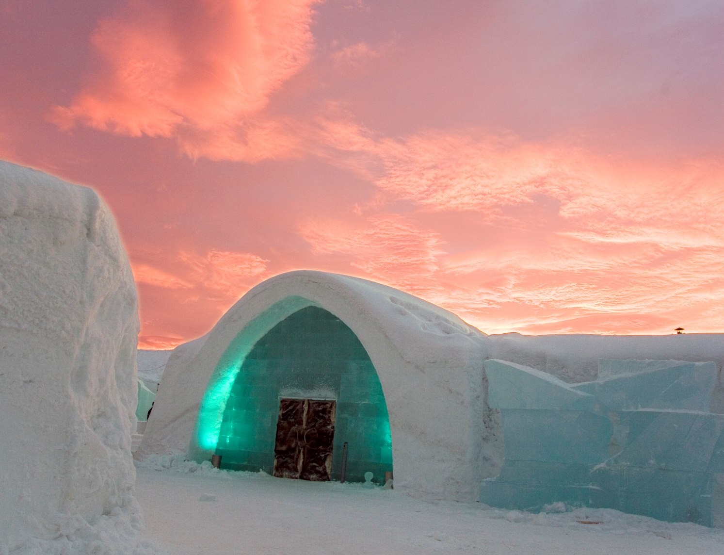 icehotel sweden the first hotel made of snow and ice in the world art people gallery. Black Bedroom Furniture Sets. Home Design Ideas