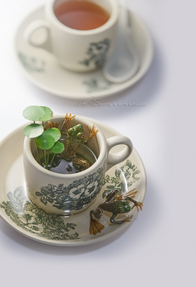 Coffee mugs and frogs (Acrylic on Resin)
