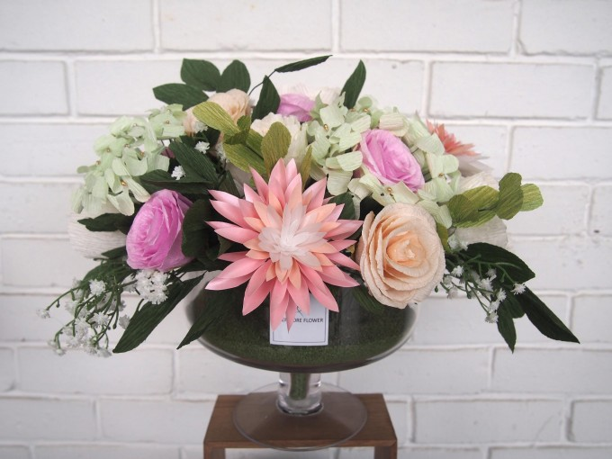 We made it in pastel color to create a comfy eye view. It consists of hydrangeas, roses, dahlias, peonies, eucalyptus and baby's breath, and all of them are paper-made.