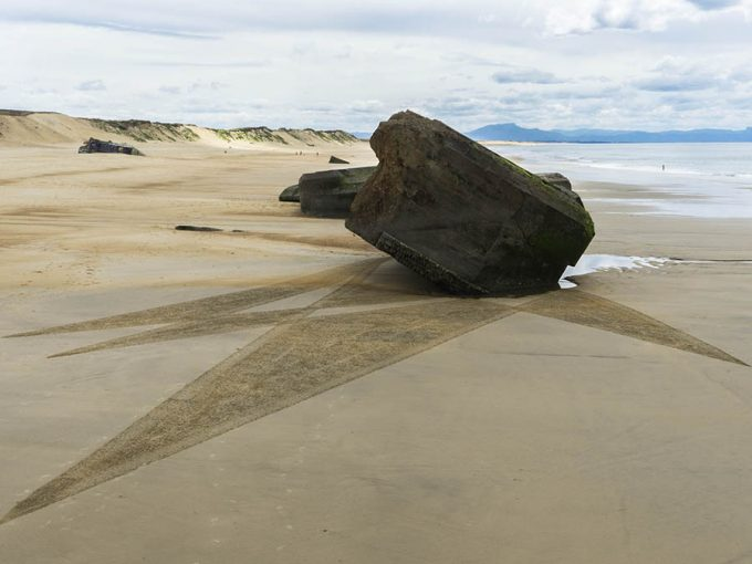 This artist uses low tide beaches around the world as a big canvas